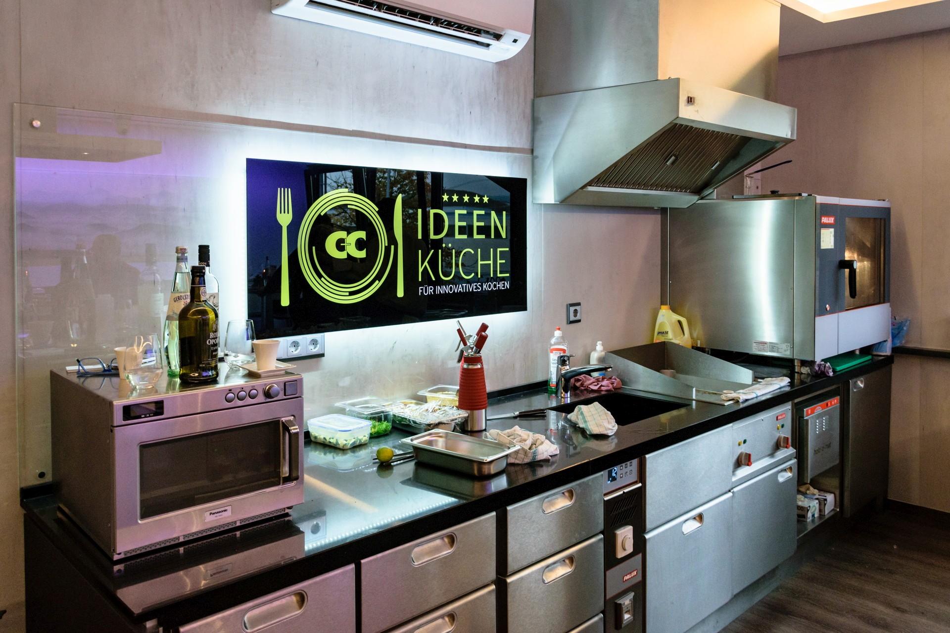Küche Mit Block In Der Mitte. Moderne Offene Küche Sitzecke Ikea ...